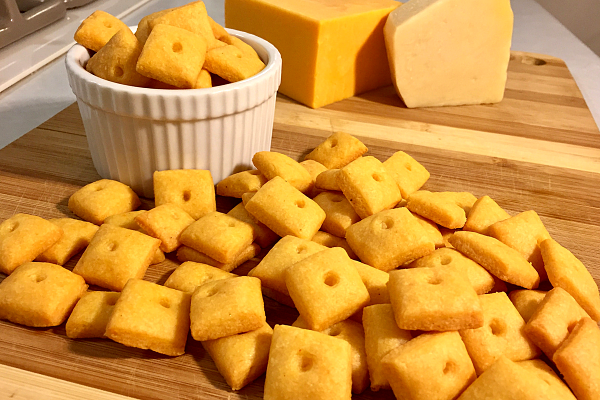 Easy Cheese Crackers   Homemade cheese crackers that are simple and delicious? Yes please!